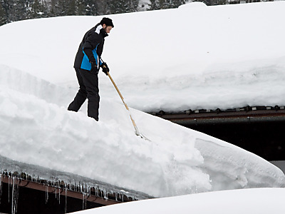Zum Schneeräumen nicht selbst aufs Dach steigen