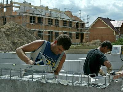 Helfer beim privaten Hausbau sind zunächst automatisch versichert