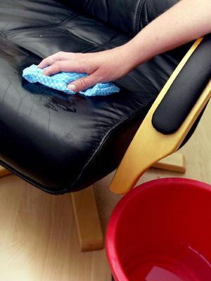 Flecken auf hellen Polstermöbeln mit Küchenkrepp aufsaugen