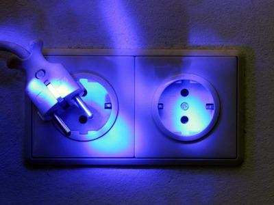 Vor dem Urlaub Elektrogeräte vom Stromnetz trennen