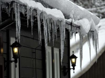 Auf ungedämmten Dächern schmilzt der Schnee schneller