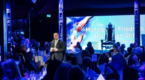 Rüdiger Esslinger, Vorstand der Monsignore-Ohlhäuser-Stiftung im Spiegelpalast des Crazy Palace in Karlsruhe bei der Charity Dinnershow