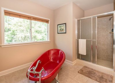 badezimmer badewanne rot