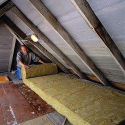 Dämmungsarbeiten im Dachstuhl