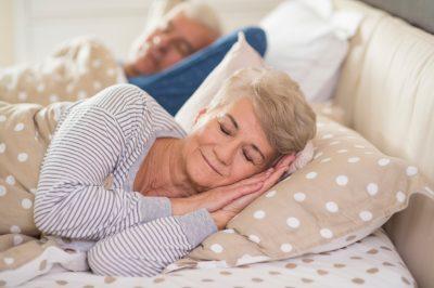 Seniorengerechtes Bett im Schlafzimmer